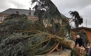 Le sapin de 18 mètres du marché de Noël de Thann s'est brisé ce dimanche matin dans le Haut-Rhin.