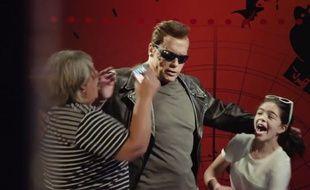 Déguisé en statue de cire de Terminator, Arnold Schwarzenegger a surpris les visiteurs du musée Tussauds de Los Angeles.
