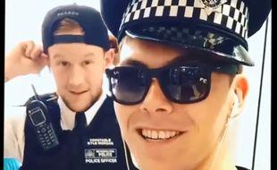 Le youtubeur Jack Jones essaie d'obtenir des bisous de policiers, ici en Angleterre.
