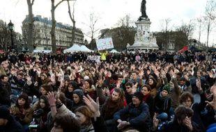 """Des centaines de personne rassemblées pour la """"Nuit debout"""" le 7 avril 2016 place de la République à Paris"""