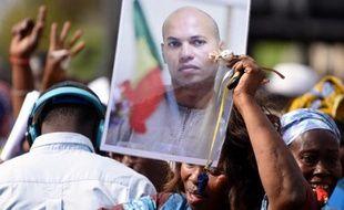 Une femme brandit le portrait de Karim Wade lors d'un rassemblement de l'opposition à Dakar, le 4 février 2015
