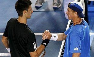 Novak Djokovic, à gauche, serre la main de Leyton Hewitt, après avoir remporté le match, en huitième de finale à l'Open d'Australie le 21 janvier 2008.
