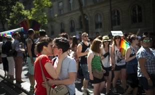Le 27 juin dernier lors de la Gay Pride à Paris qui rassemblent hétérosexuels, homosexuels, lesbiennes, bisexuels, trans.
