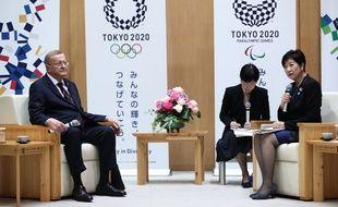 Le président de la coordination des JO 2020 John Coates, à gauche, et la gouverneure de Tokyo Yuriko Koike, ont évoqué le problème de la chaleur qui se posera pour la tenue du marathon olympique.