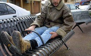Un SDF présente l'exemple d'un banc anti sans-abri à Toulouse en 2005