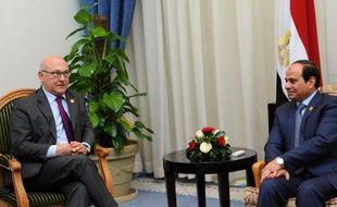 Le président égyptien Abdel Fattah al-Sissi (c) et le ministre français des Finances Michel Sapin le 14 mars 2015 à Charm-el-Cheikh