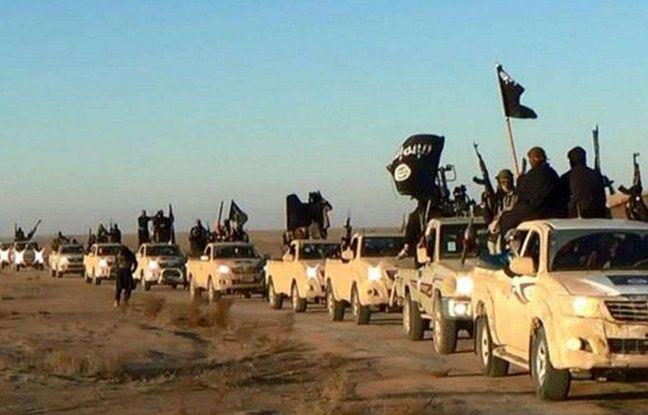 Un défilé des partisans de l'Etat Islamique, à Raqqa, en Syrie.