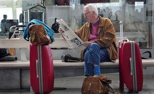 A l'aéroport de Bilbao au Portugal, les passagers prennent leur mal en patience le 8 mai 2010 en raison d'un trafic aérien très perturbé par le passage du nuage de cendres du volcan islandais.