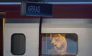 Un policier inspecte l'intérieur du train où un homme a ouvert le feu, le 21 août 2015.