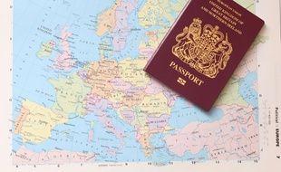 Le passeport au Royaume-Uni est aujourd'hui de couleur bordeaux et or