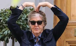 Paul McCartney s'entraîne à faire un cœur avec les bras, à Londres, en juillet 2018.