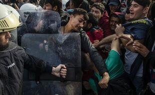 Des migrants et des policiers grec sur l'île de Lesbos mardi 3 mars.