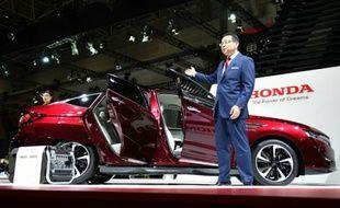 """Le PDG de Honda, Takahiro Hachigo, présente la """"Clarity Fuel Cell"""", le 28 octobre 2015 au salon de l'automobile de Tokyo, au Japon"""