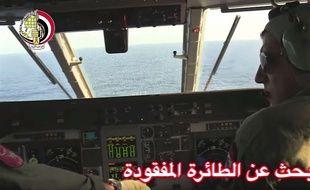 Un avion égyptien participe aux recherches du vol EgyptAir disparu, le 19 mai 2016.