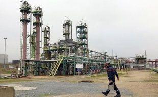 """Un contrat ponctuel de travail """"à façon"""" est en cours de finalisation avec le groupe pétrolier Shell pour redémarrer la raffinerie Petroplus de Petit-Couronne, près de Rouen, en redressement judiciaire, a-t-on appris lundi de source syndicale."""