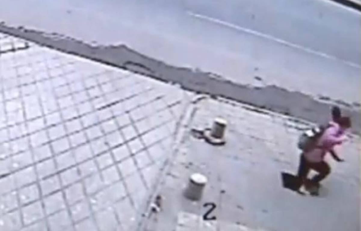 Capture d'écran d'une vidéo montrant une jeune fille chuter de 6 mètres à travers le trottoir, en Chine. – 20 MINUTES