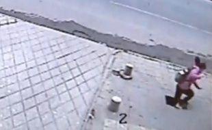 Capture d'écran d'une vidéo montrant une jeune fille chuter de 6 mètres à travers le trottoir, en Chine.
