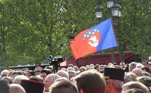 Le drapeau de Paris à la cérémonie d'hommage à Notre-Dame
