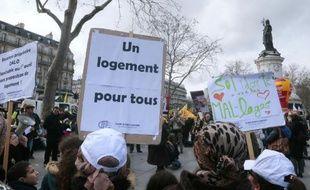 Des personnes manifestent pour le droit au logement à Paris, le 28 mars 2015