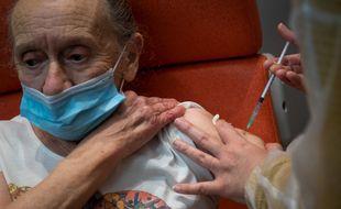 Vaccination d'une personne âgée dans le centre de vaccination de Nantes.