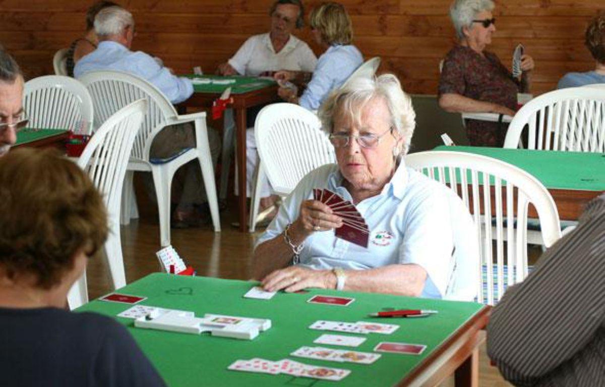 Personne agée jouant au bridge dans un club du 3eme age. Août 2008. – SIPA