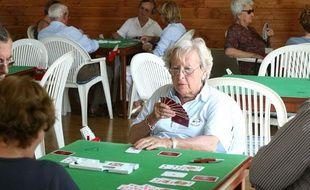 Personne agée jouant au bridge dans un club du 3eme age. Août 2008.