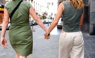 Illustration d'un couple de femmes main dans la main.