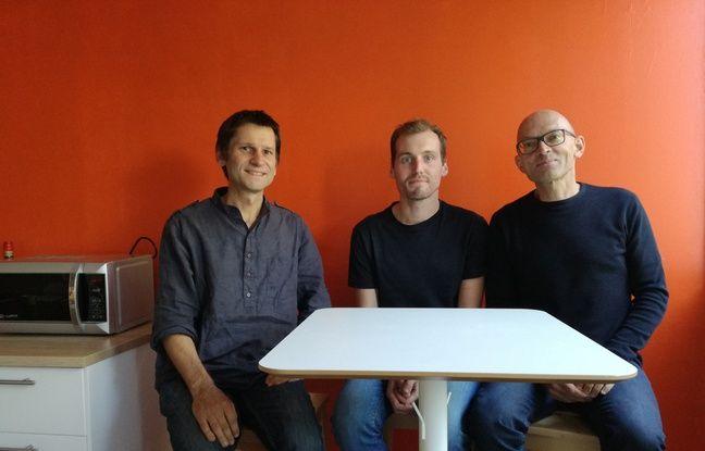 Le biologiste Wojciech Krezel (à gauche) et le chimistre Alain Wagner (à droite) ont réfléchi ensemble à une nouvelle approche avec, notamment, le post-doctorant Sylvain Ursuegui (au milieu).