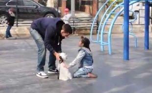 Capture d'écran d'une vidéo montrant un youtubeur essayer d'amadouer un enfant sur une aire de jeux.