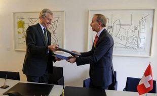 Berlin et Berne ont signé jeudi un accord censé empêcher l'évasion fiscale des Allemands vers la Suisse, qui prévoit de faire payer un peu plus que prévu les fraudeurs mais préserve leur anonymat, a annoncé le ministère allemand des Finances.