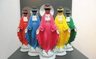 Dans Force rose, etc, la Vierge prend l'aspect des cinq «Bioman» japonais.