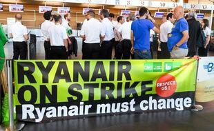 Des pilotes Ryanair en grève à l'aéroport de Charleroi en Belgique, le 10 août 2018.