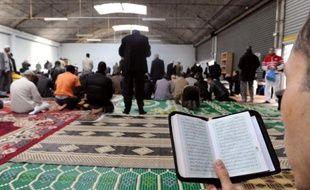 """Caricaturer le prophète Mahomet, comme l'a fait l'hebdomadaire satirique Charlie Hebdo mercredi, relève de la """"provocation"""", mais ne peut justifier l'incendie criminel de sa rédaction, disent des musulmans à la prière du vendredi dans le nord de Paris."""
