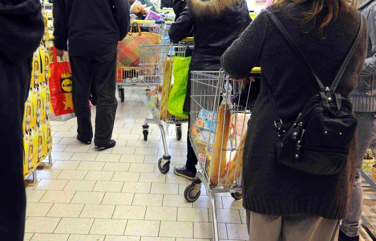 Personnes faisant leurs courses dans un supermarché dans les Hauts-de-Seine. – Florence Durand/Sipa