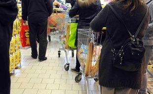 Personnes faisant leurs courses dans un supermarché dans les Hauts-de-Seine.