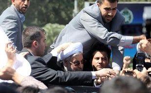 Deux personnes ont été arrêtées après les incidents samedi à l'arrivée à Téhéran du président iranien Hassan Rohani, sur lequel une chaussure a été lancée, a annoncé dimanche un responsable de la police, cité par l'agence Isna.