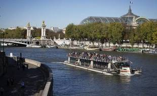 Un bateau mouche passe sur la Seine devant le Grand Palais à Paris, le 14 octobre 2014