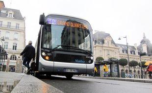 Un bus électrique circulant à Rennes, le 2 mai 2018. Conçu par le groupe Bluebus de Bolloré, le bus est le premier du genre sur le réseau Star de Keolis Rennes.