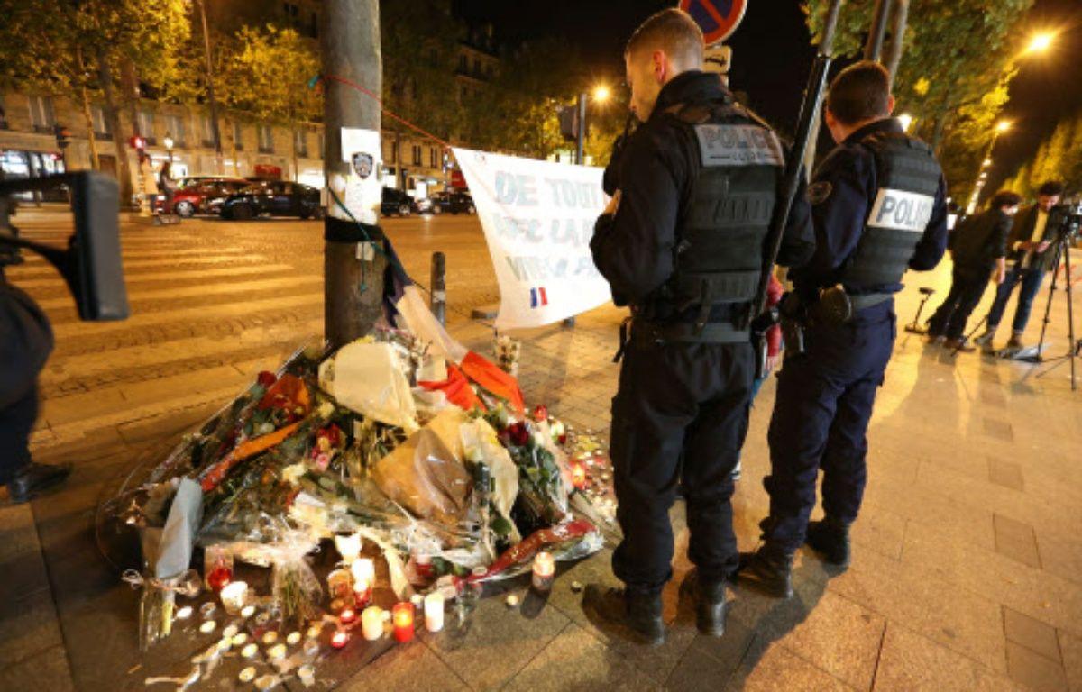 Des policiers rendent hommage à leur collègue Xavier Jugelé, tué lors de l'attentat des Champs-Elysées – JP PARIENTE/SIPA