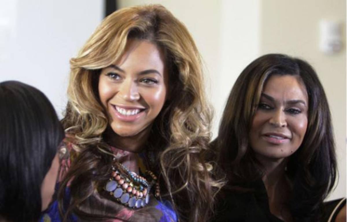 Beyonce Knowles, (avec Tina Knowles à sa droite) le 3 octobre 2011 à Houston, au Texas – AP Photo/Houston Chronicle, Melissa Phillip