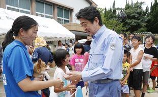 Shinzo Abe auprès des victimes des intempéries, le 11 juillet 2018.