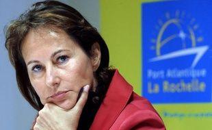 """La socialiste française Ségolène Royal a affirmé jeudi à Dakar que """"les échanges d'invectives ne grandissent personne"""" à propos de déclarations qu'auraient fait l'actuel candidat socialiste à la présidentielle française François Hollande sur le président Nicolas Sarkozy."""