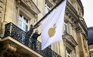 Le drapeau Apple flotte désormais au 114, avenue des Champs-Elysées, à Paris.
