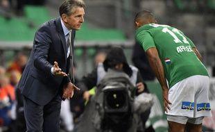 Claude Puel échange ici avec le latéral stéphanois Gabriel Silva, dimanche lors du match ASSE-AS Monaco (1-0). PHILIPPE DESMAZES