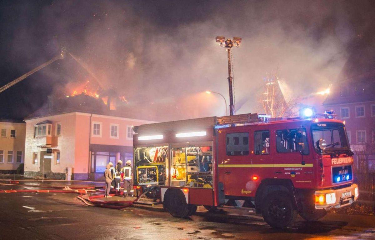 Dans la nuit du 20 au 21 février 2016, un foyer de réfugiés est détruit par les flammes, à Bautzen, près de Dresde, en Allemagne. – Rico Loeb/AP/SIPA