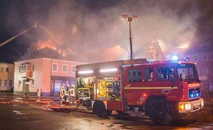 Dans la nuit du 20 au 21 février 2016, un foyer de réfugiés est détruit par les flammes, à Bautzen, près de Dresde, en Allemagne.