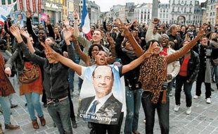 La Grand Place de Lille s'est rapidement remplie de centaines de personnes venues fêter l'élection socialiste.