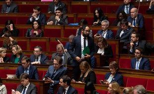 Le député des Deux-Sèvres Guillaume Chiche (debout) lors d'une séance à l'Assemblée Nationale. (Jacques Witt/SIPA)