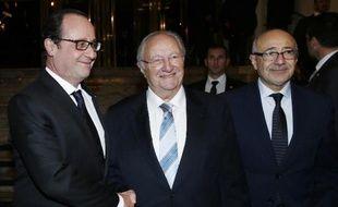Le président François Hollande accueilli par les président et vice-président du Crif Roger Cukierman et Francis Kalifat au 30e dîner annuel le 23 février 2015 à Paris