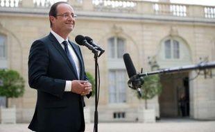 Un mois après son élection, François Hollande, dont la photo officielle a été dévoilée lundi, impose progressivement sa volonté de sobriété à la présidence, avec le désir toujours constant de se démarquer de son prédécesseur Nicolas Sarkozy.